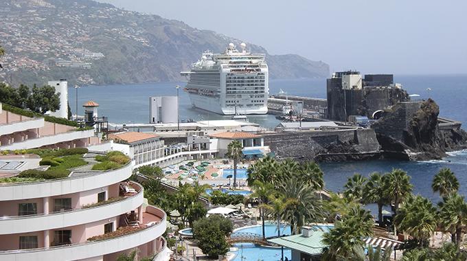 Navio Azura no Funchal1