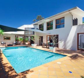backyard-with-swimming-pool-house